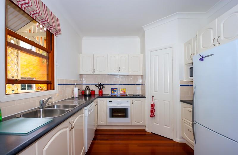 A konyhabútorunk színének kiválasztásánál ügyeljünk a konyhai falak  színével való összhangra 925ab53e0d